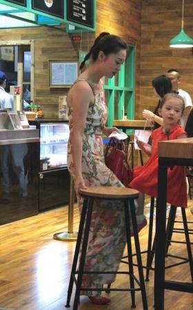 4K街拍视频 气质美女妈妈带孩子吃饭
