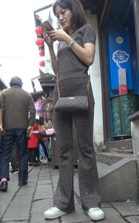 4K街拍视频 另类的喇叭裤美女很好看